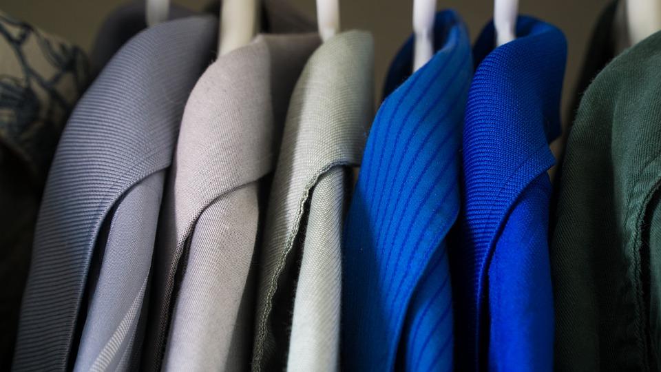 Oblečení pověšené ve skříni