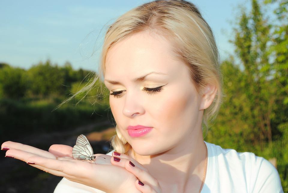 dívka s motýlem
