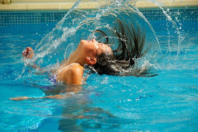 děvče v bazénu