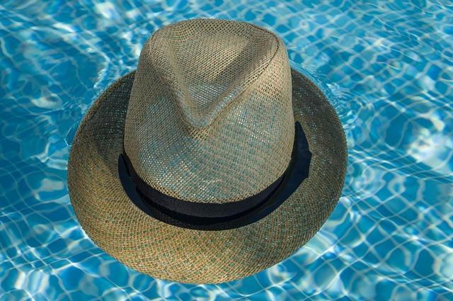 slaměný klobouk na hladině