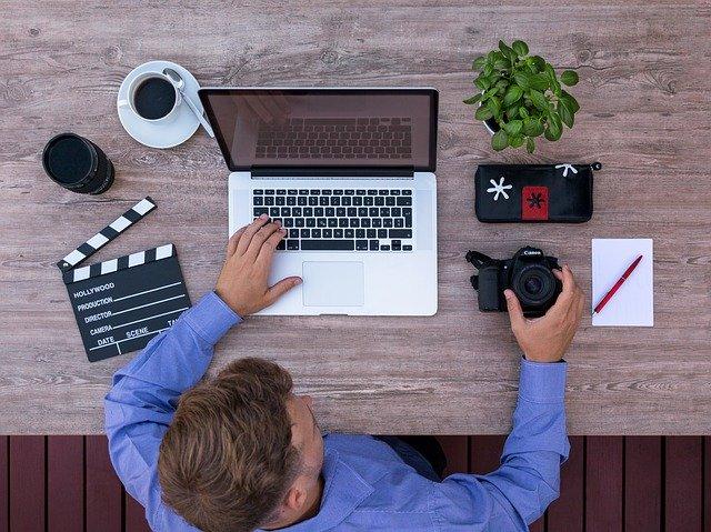 youtuber držící kameru