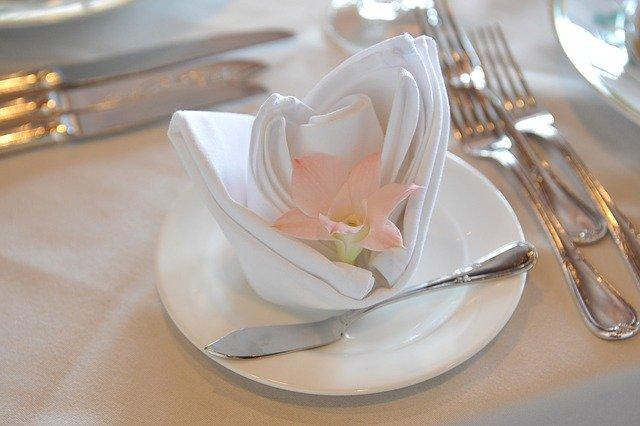 složený ubrousek s květinou