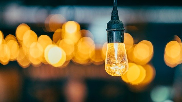 rozsvícená závěsná svítidla